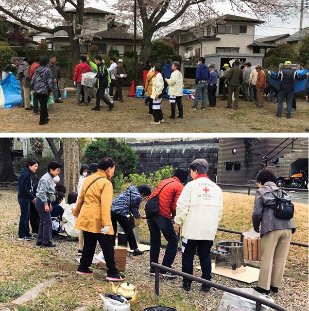 """訓練で、避難場所となる公園に集まってきた住民のみなさん。「行動順序カード」に従って、お互い協力しながら""""行動""""を開始する"""