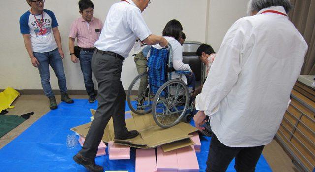 悪路での車椅子介助疑似体験の模様