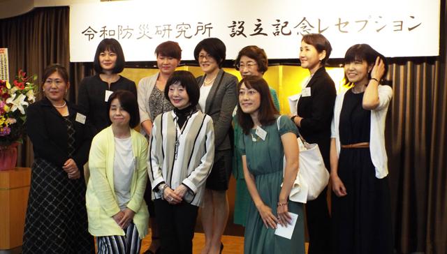 設立レセプションで、お祝いに駆けつけた佐谷説子・内閣府 政策統括官(防災担当)付 参事官(後列中央)を囲んで、女性防災士たち