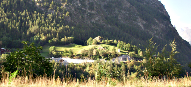 P3 3 写真1 渓谷に建設された弾薬庫 (ツェルマット郊外にて) - [特別寄稿] スイスの防災福祉に学ぶ<br> 川村 匡由 (かわむら まさよし)<br>武蔵野大学名誉教授