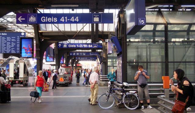 P4 1 写真3 一般道路からダイレクトに出入りできる駅ホーム - [特別寄稿] スイスの防災福祉に学ぶ<br> 川村 匡由 (かわむら まさよし)<br>武蔵野大学名誉教授